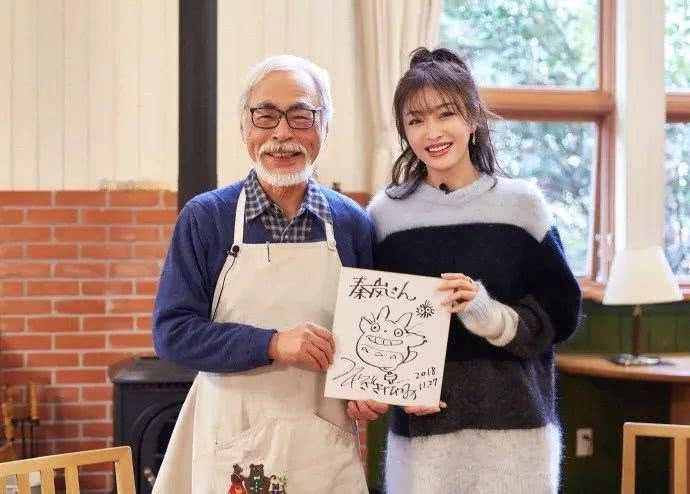 资讯生活秦岚晒与宫崎骏亲密合照 获龙猫亲笔画称这一天太圆满